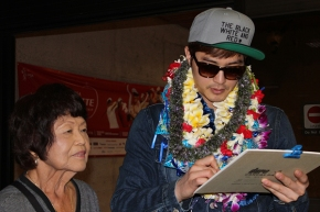 kim ji hun leid in hawaii, kim ji hun vacationing in Hawaii, 킴 지훈 visits Hawaii 2013, kim ji hun with Hawaii fan